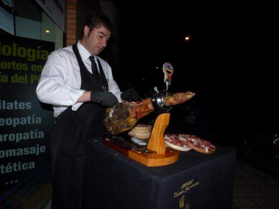 Nuestro cortador de jamón profesional, Vitín. Siempre dispuesto a colaborar con nosotros. Lo podréis encontrar en el BAR D´CAÑAS en Flores del Sil.