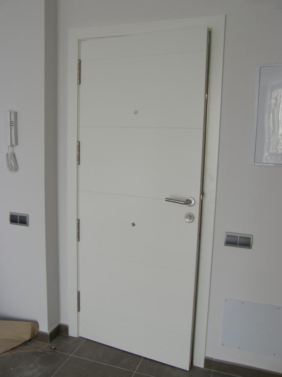 Puertas de entrada for Puertas madera blancas