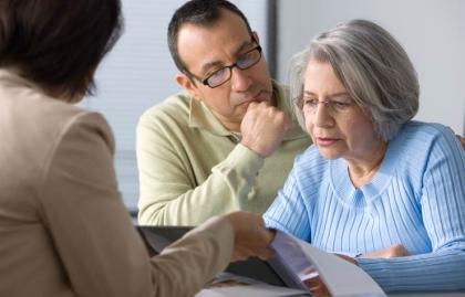Ayuda a las personas mayores para contratar un seguro y resolver incidencias.