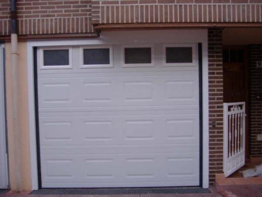 Puerta seccional cuarterón con ventanas
