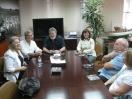 El delegado de Agricultura y Pesca, Juan Deus, y el alcalde carbonero, Cristóbal Fernández, analizan la situación de los pescadores