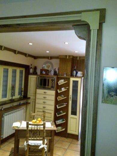 Detalle cornisa y marco de puerta