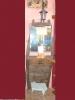 Entrada rustica con espejo y lampara.