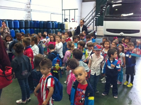 niños en la planta de aceite vegetal usado