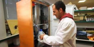 El profesor de la Politécnica Roberto García Martín, durante una prueba con la planta piloto para la obtención de biodiésel.