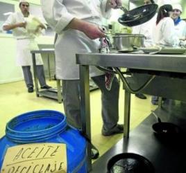imagen de una cocina y los contenedores para aceite usado