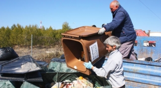 Diez mil embudos y 161 contenedores para impulsar la recogida del aceite usado.