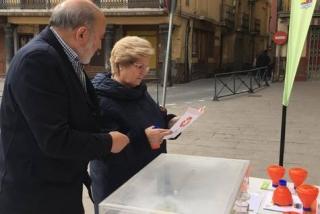 El alcalde de Calatayud informa a una vecina sobre la campaña de reciclaje.