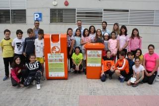 Alumnos del colegio Jorge Juan, en Novelda (Alicante), en la presentación de los nuevos contenedores del municipio.