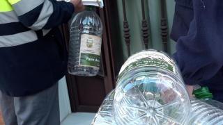 Palos de la Frontera (Cádiz) reparte garrafas a sus vecinos para reciclar el aceite usado.