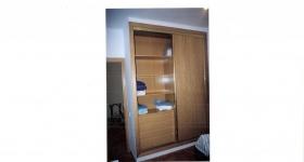 armario deslizante con puertas chapadas en roble