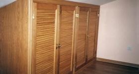 armario de cuatro hojas con lamas