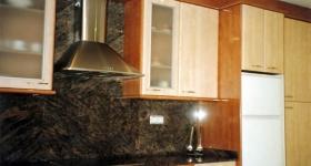 Cocina con puertas brillo color tabaco
