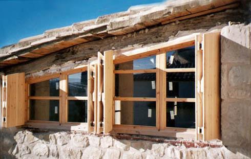 Tapar ventanas sin persianas excellent persianas de for Porticones madera exteriores