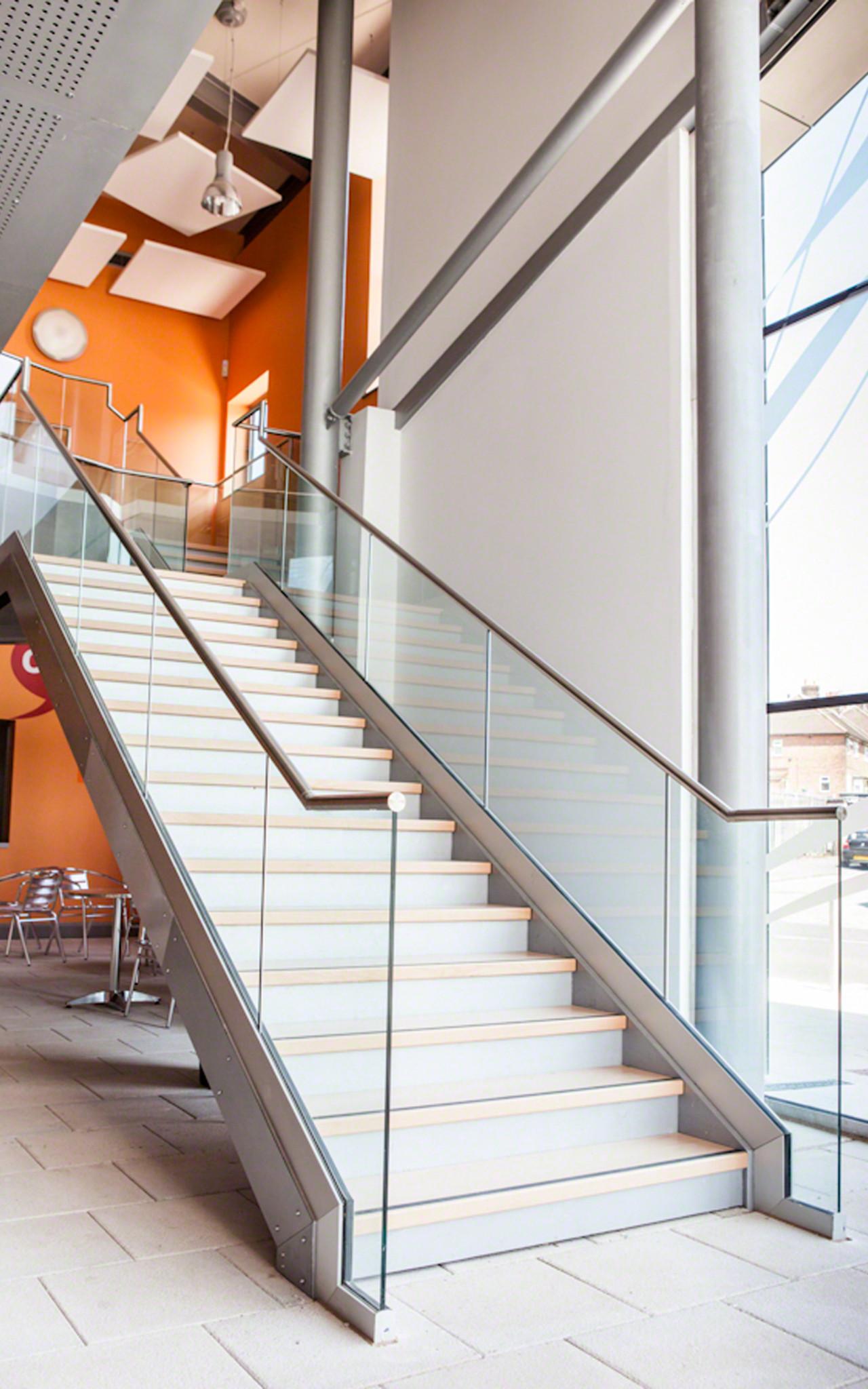 Barandilla easy glass slim superior sobre escalera - Normativa barandillas exteriores ...