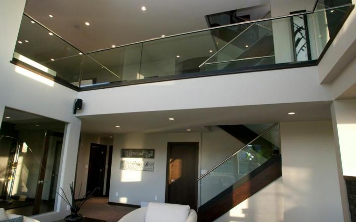 barandilla de vidrio al aire en el borde del forjado, q-railing