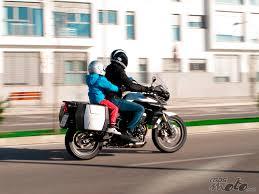 Cuando puede viajar un niño en moto.