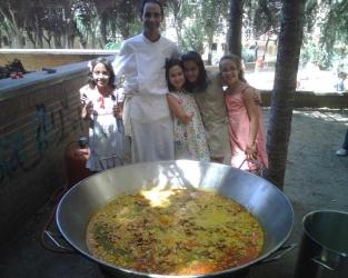 Familias, alumnos y educadores celebran la Fiesta de Verano entre cócteles y una sabrosa paella