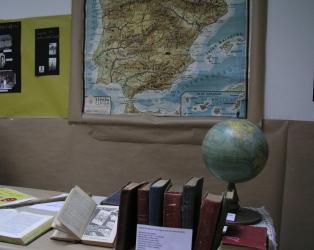 PATRIMONIO EDUCATIVO. Fotografías con el globo terráqueo, el mapa escolar y la enciclopedia Álvarez
