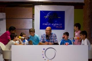 Jóvenes reporteros y locutores ponen voz a la radio