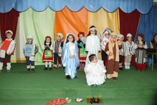 La comunidad escolar de El Globo Rojo reunida en una gran familia celebra la Navidad