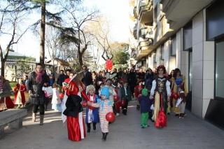 Espectacular desfile de personajes del mundo de los cuentos en el Carnaval de El Globo Rojo