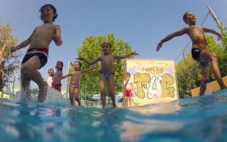 La piscina, una actividad muy valorada por los niños del Campus