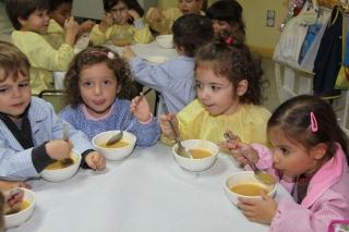 A la hora de la comida: aprendo autonomía y ayudo a los amigos
