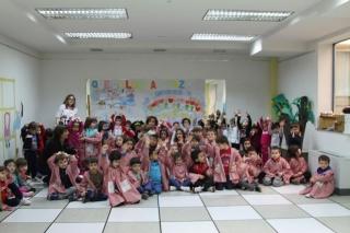 Los alumnos de El Globo Rojo inundan sus aulas con mensajes de PAZ
