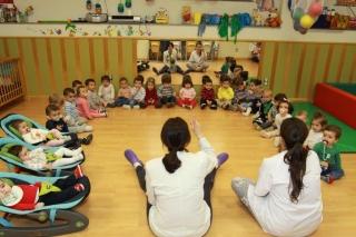 Los alumnos más pequeños del colegio El Globo Rojo forman una gran familia