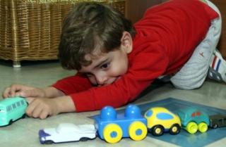 Los juguetes cobran vida en las manos de un niño