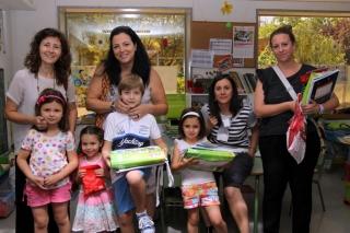 Familias e hijos se llevan sus mochilas llenas con el trabajo de un año