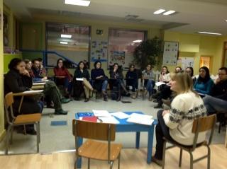Las familias de los Verdes Mayores asisten a la reunión del trimestre con la educadora