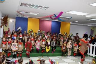"""El Globo Rojo convertido en una gran """"Tribu de Indios"""" por Carnaval"""