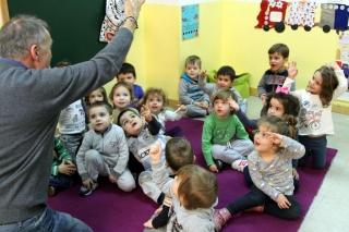 Arthur encandila a los niños en las clases de inglés