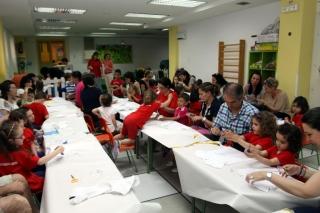 Papás y mamás de El Globo Rojo aprenden a estampar camisetas para sus hijos