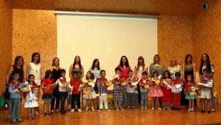 Los alumnos de Infantil reciben todo el cariño de familias y profesores por su graduación
