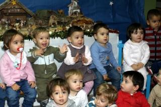 Los niños de El Globo Rojo posando para una imagen muy navideña