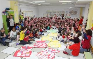 Los niños de El Globo Rojo sueltan cinco palomas por la Paz