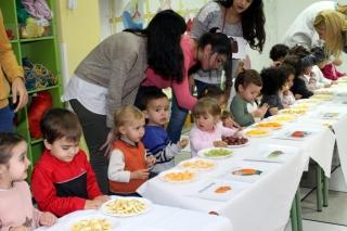 Banquete de frutos del otoño para los alumnos de El Globo Rojo