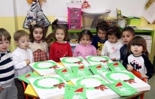 Los alumnos de El globo Rojo se llevan sus trabajos y regalos a casa para verlos en familia