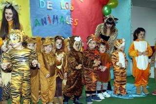 Disfrazados de animales acudieron esta tarde al Musical del Carnaval en El Globo Rojo