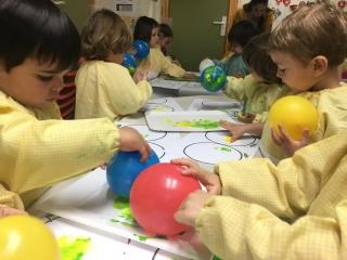 Taller de estampación con globos y esponjas