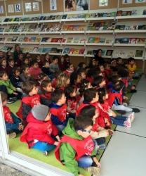 Los niños de El Globo Rojo de 3 y 4 años visitan la Feria del Libro