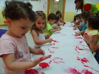 Explorando el color rojo con las manos