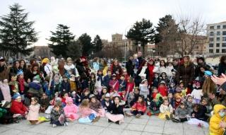 Las familias acudieron para ver el desfile de sus hijos disfrazados