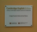 La placa de Cambridge English School ya luce en nuestra fachada.