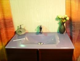 Lavabo de cristal violeta