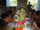 Los niños hacen su comida del día