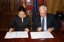 Javier Díaz, presidente de AVEBIOM, y Susana Magro, directora de la Oficina Española de Cambio Climático, firman la compra de emisiones de CO2 de los proyectos CLIMA